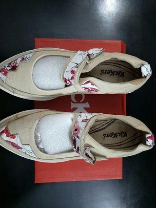 Sepatu Kickers Warna Beige