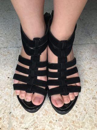 Wedges hitam