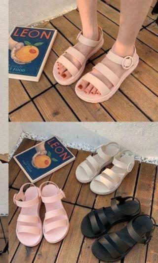 一字帶涼鞋 。平地羅馬果凍鞋