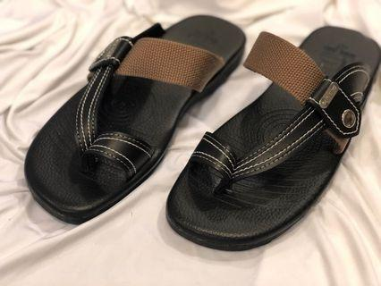 全民拼經濟 給您超低價格 最高品質  台灣製造 男士款 先生們最喜愛 皮革拖鞋 夾腳拖 防滑拖鞋 設計感 200元 #恭喜旋轉七歲囉!