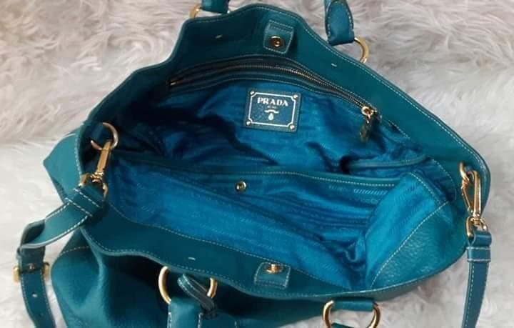 Authentic PRada Vit Daino in Blue Tourquise Lambskin💞💝💟 Sz Of the bag: Lebar35cmxTinggi40cm Included PRada Stamped Boetique Card, booklet care, Prada Straps and Dustbag.