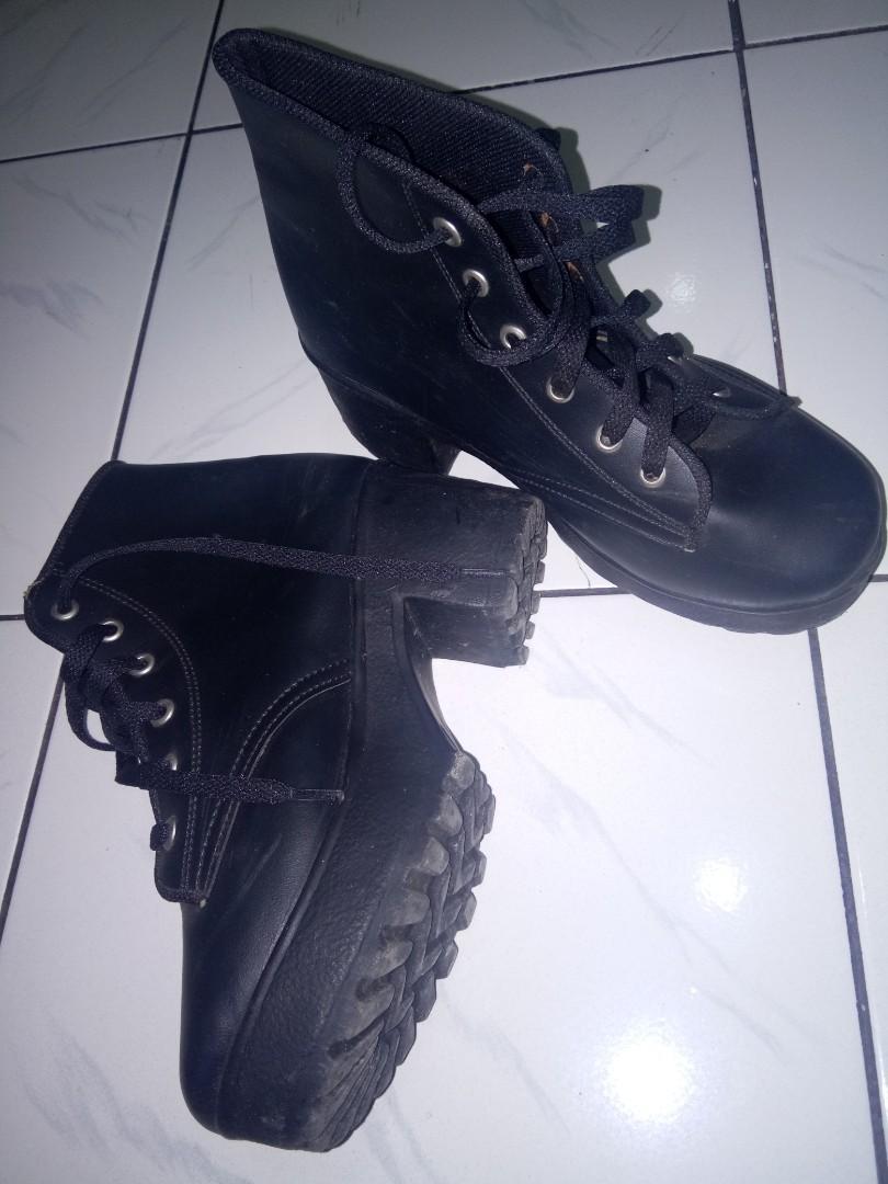 Sepatu boot hitam