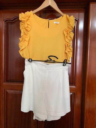 正韓一套賣,黃色荷葉背心+白色雪紡西裝短褲。