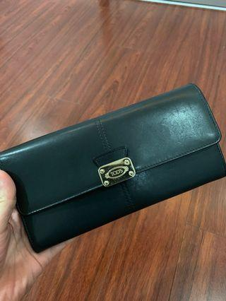 Tods wallet comes with a strip for sling