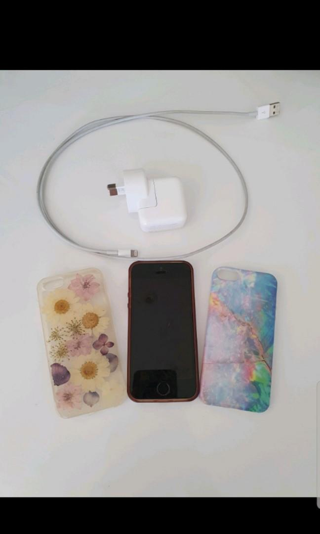 Iphone 5s Silver 64gb fingerprint scan with 3 cases and charger