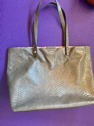 Daphne 肩背包,有內包,包包很輕