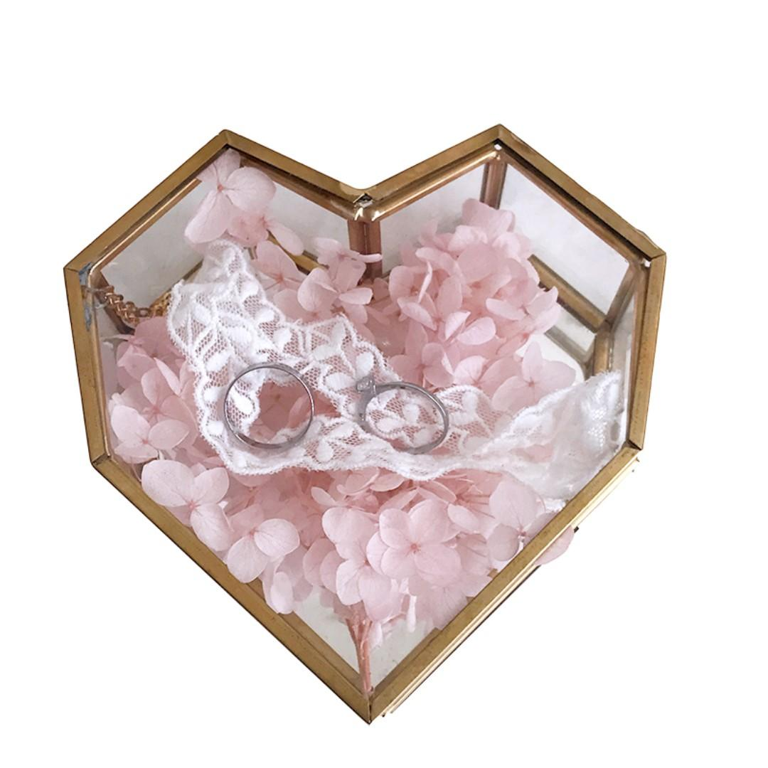 RENTAL: D136 HEART SHAPE GLASS BOX