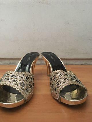 Sandal warna Emas