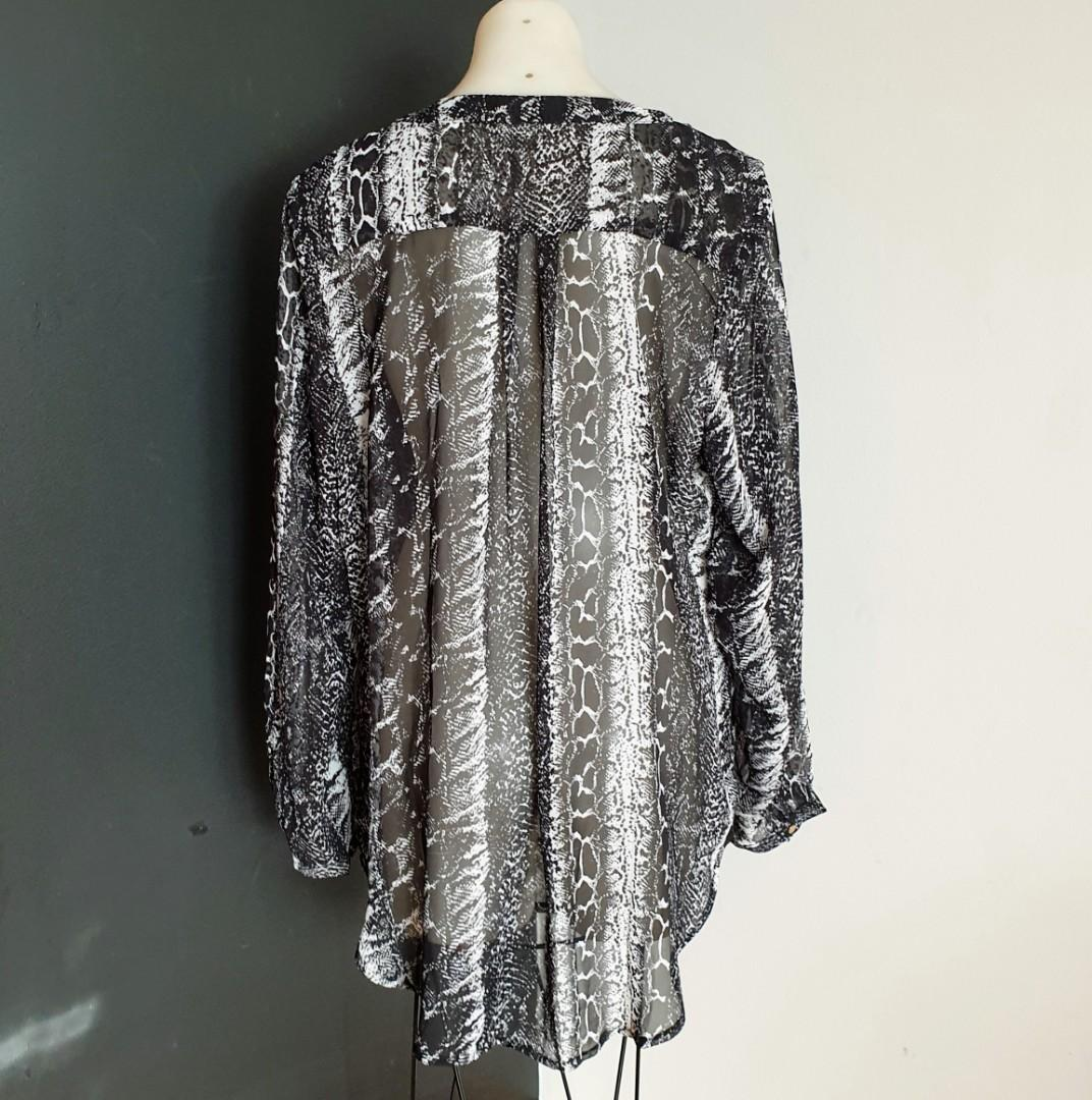 Women's size 16-18 'NEW COVER' Gorgeous snakeprint long sleeved blouse