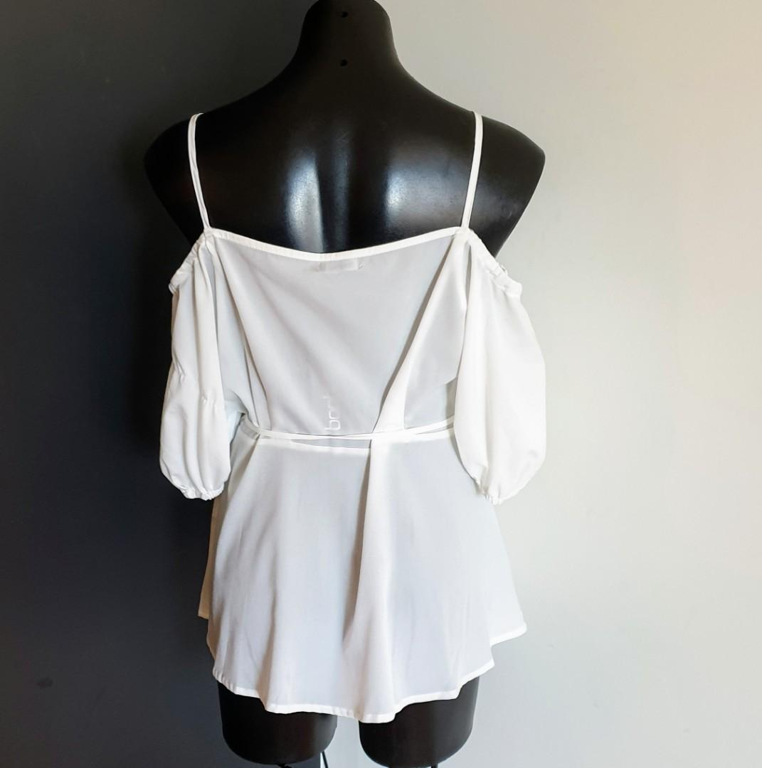 Women's size 18 'BOOHOO' Gorgeous ivory cold shoulder wrap top - BNWT