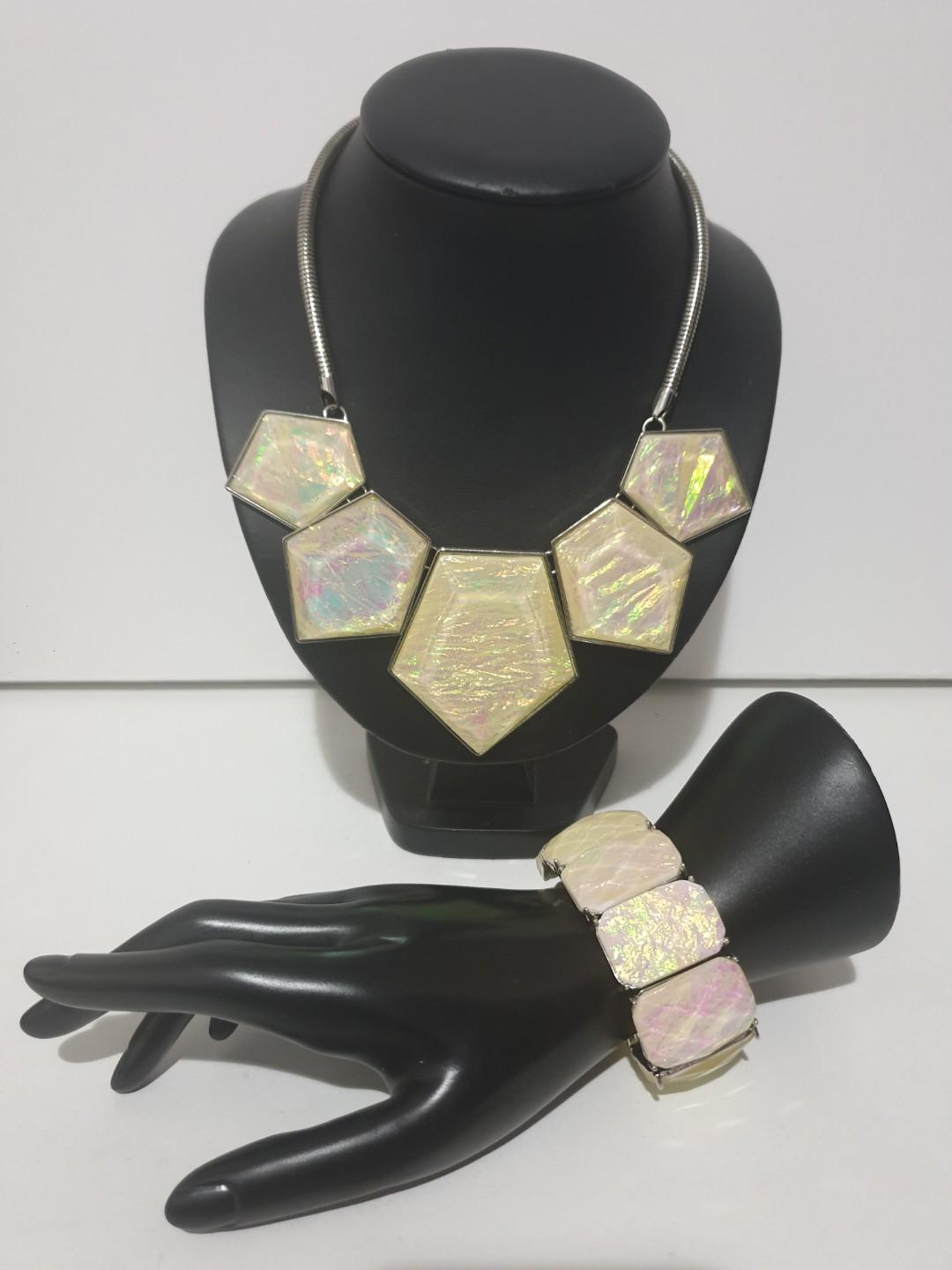 Pearly shell look necklace and bracelet jewellery set