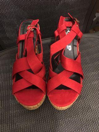紅色麂皮高跟鞋