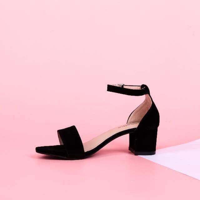 Ankle strap hitam / sepatu heels 5cm, Fesyen Wanita, Sepatu di Carousell