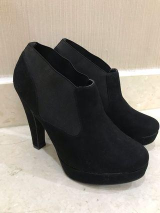 NewLook Black Angkle boots heels