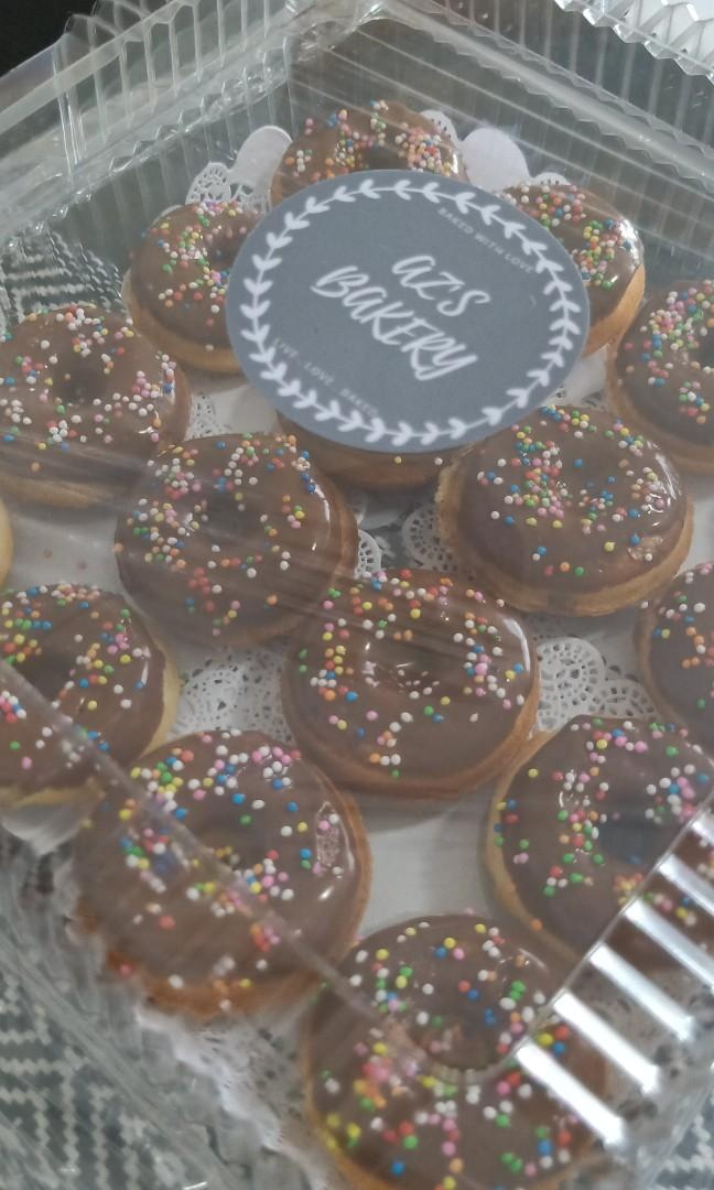 DONUTS W CHOCOLATE & SPRINKLES