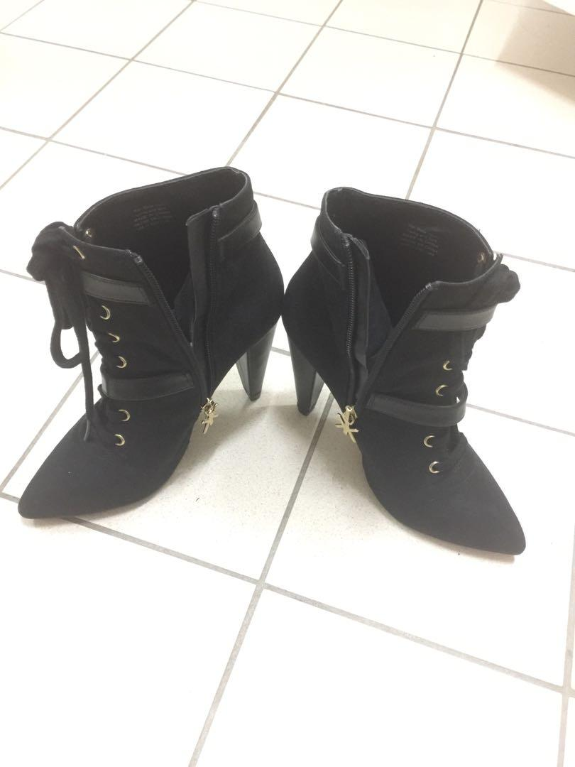 New Kim kardashian new shoes size 7. Original price $110