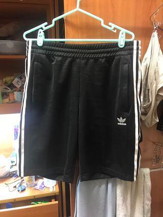 僅穿一次 adidas 排扣伸縮短褲 M 三線黑