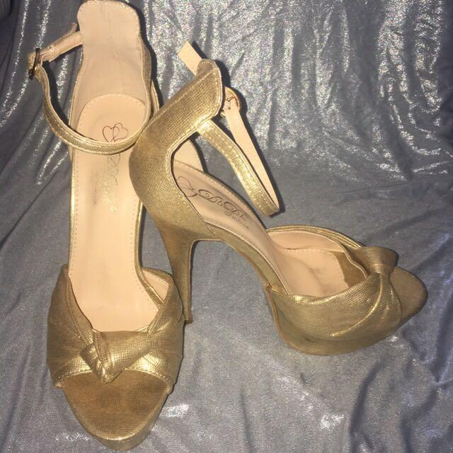 Gold stilettos with ankle strap, open toes and knot detail🌟✨