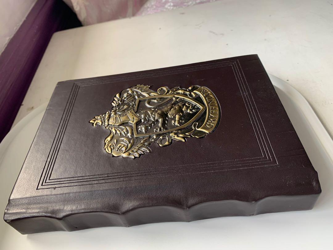 Gryffindor Metal Crest Journal + Postcards from Wizarding World of Harry Potter Orla