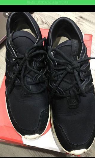 愛迪達黑色球鞋