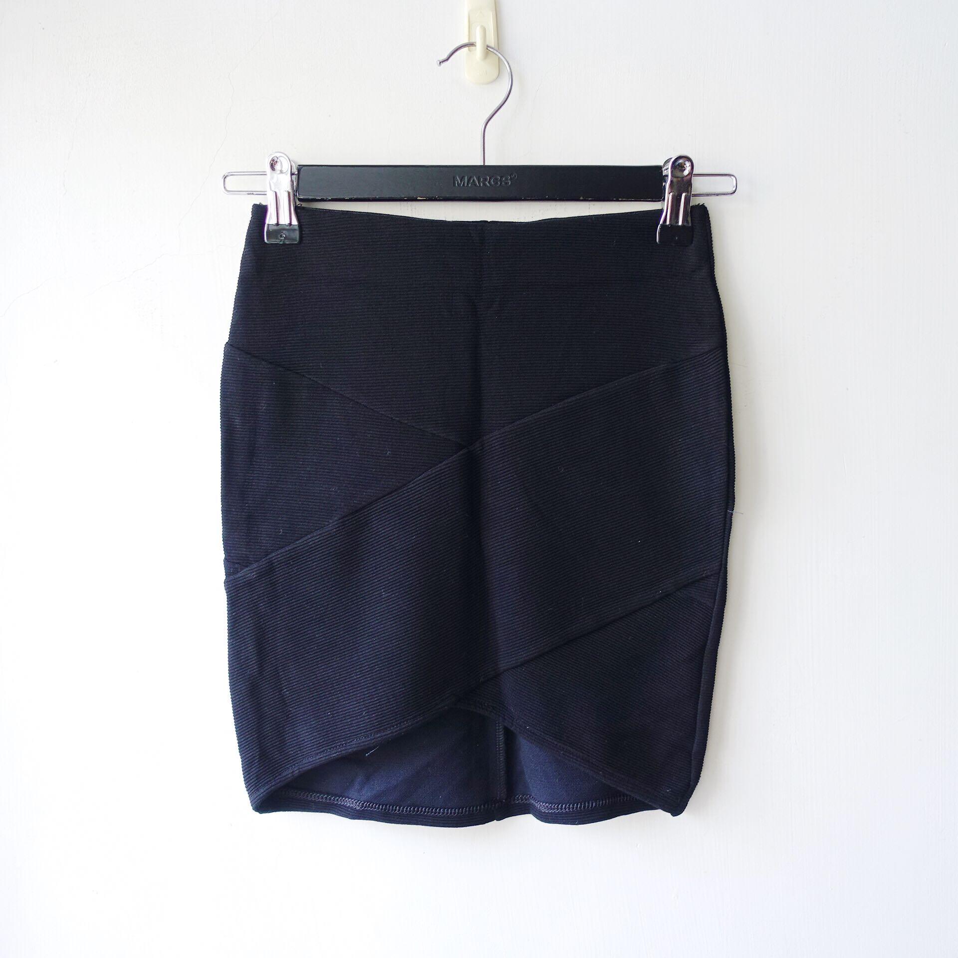 西班牙品牌Bershka黑色萊卡彈性材質交叉造型合身合臀款迷你短裙XS號