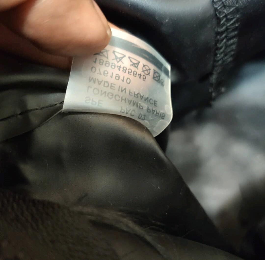 Tas longchamp auth,kondisi 70%.minum ada jahitan tagan pada cap tas yg kurang rapi krna jahitan asli mau copot ,bisa dibawa ke tukang jahit tas untuk dibenerin