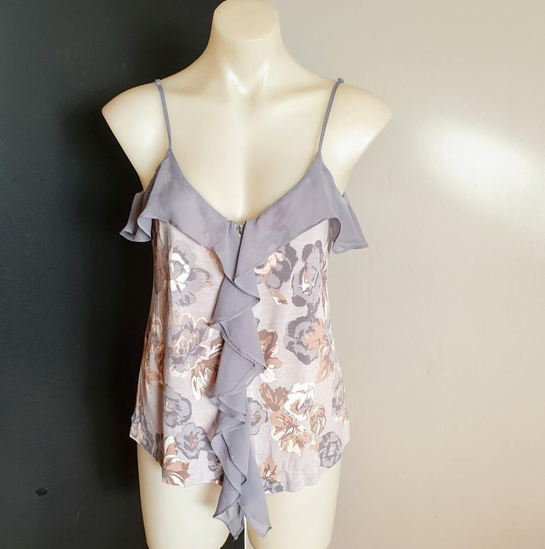 Women's size XS 'WITCHERY' Gorgeous floral print zip down ruffle top - AS NEW