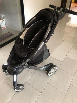 4moms electric pram. Auto open and close up. Auto charging and with lights for safe stroll.