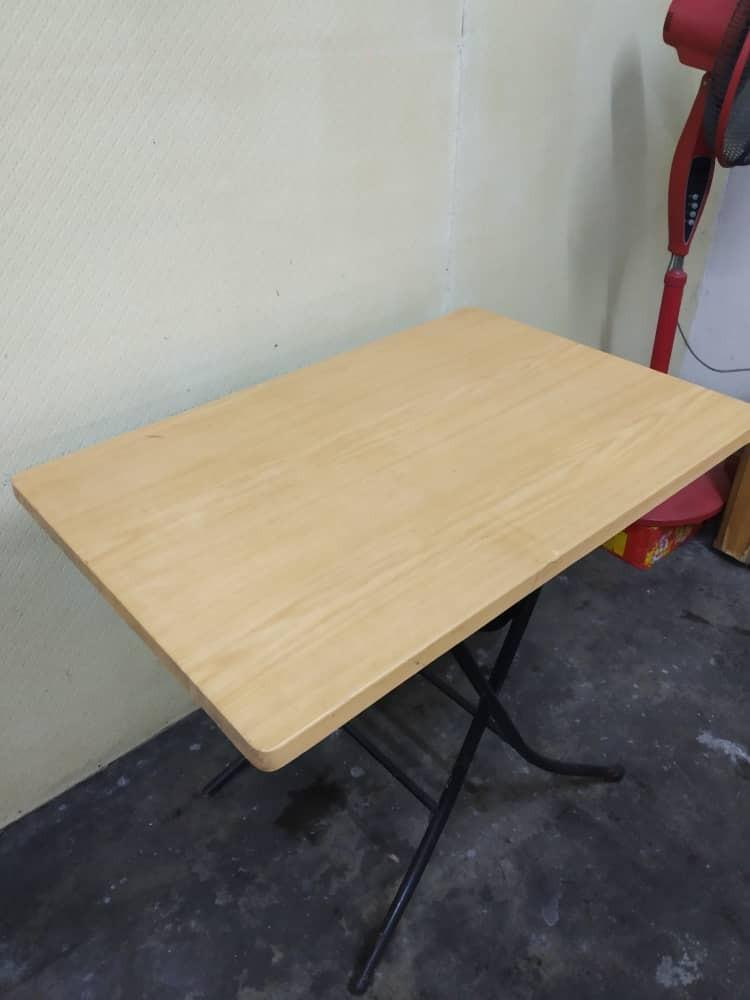 Foldable wood table