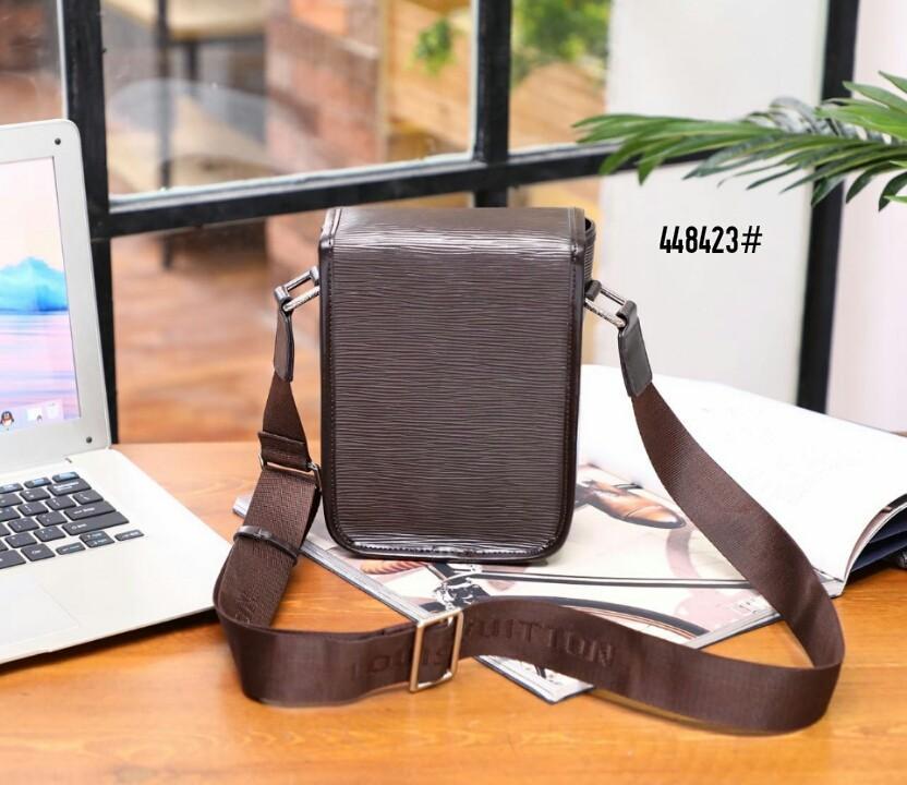 LV Louis Vuitton Small Messenger Bag 448423#22  H 730rb  Bahan kulit (epi leather) Dalaman kain satin Kwalitas High Premium AAA Tas uk 14x8x20cm Berat 0,6kg  Warna : -Black -Coffee