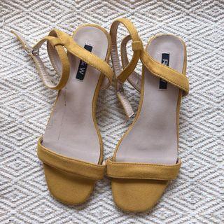 芒果黃色麂皮低跟涼鞋