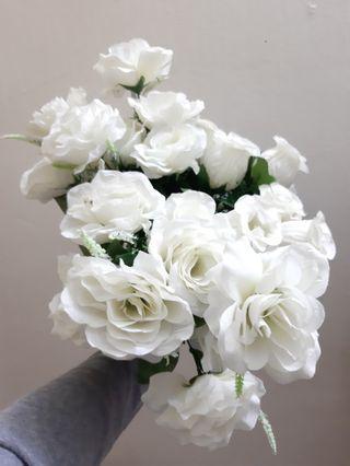 Bunga hiasan putih