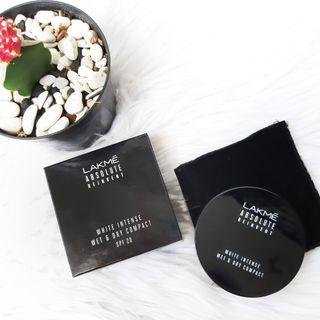 LAKMĒ ABSOLUTE REINVENT white intense wet & dry compact SPF 20