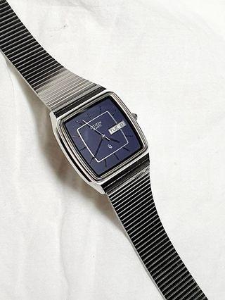 日本原裝星辰CITIZEN防水石英錶,精品設計款,錶帶殼皆屬不鏽鋼材質,完美寶藍貴氣登場,僅此一只,值得收藏!