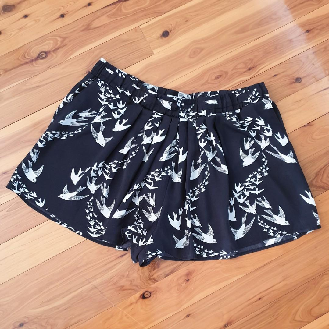 Women's size 16 'COUNTRY ROAD' Stunning elastic waist black flying birds shorts