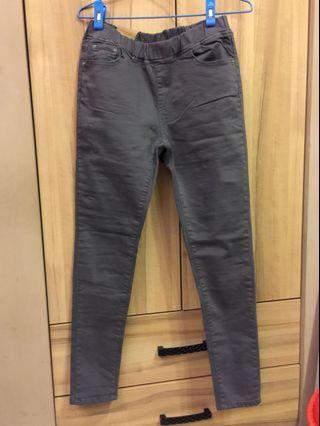 灰色彈性窄管褲