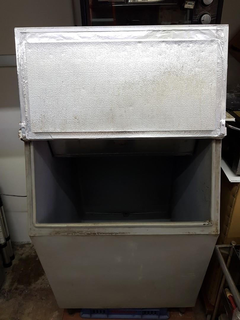 Ice maker's ice-bin