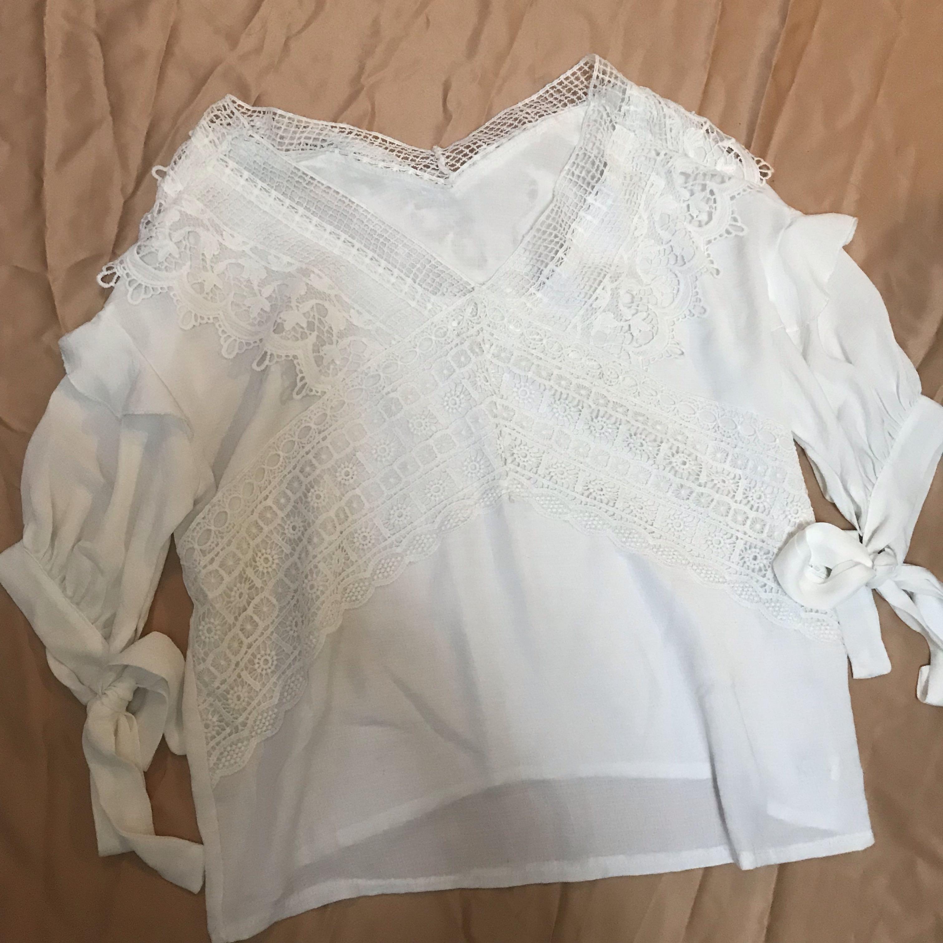 白色蕾絲V領上衣