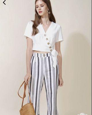 The Design Closet Quorra Buttons Wrap Top in White - M