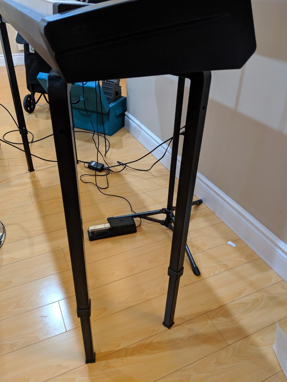 COMPLETE electric keyboard set (Roland & Behringer Amp)