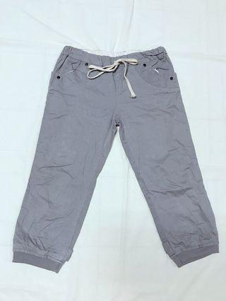 灰色七分褲