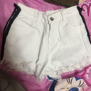 白色黑邊短褲