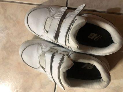 小腳女孩ㄉ福利~~斷捨離 New Balance 小白鞋 有一點小瑕疵 但不算太明顯 大概會被遮住~~nb運動鞋