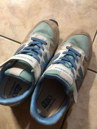 有瑕疵的NB鞋 保證正品 崛江店面購入 因太久沒穿 有點小瑕疵 應該可以黏 或修~ 喜歡可以帶走 斷捨離 清出~