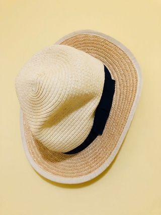 女生戴白色草帽