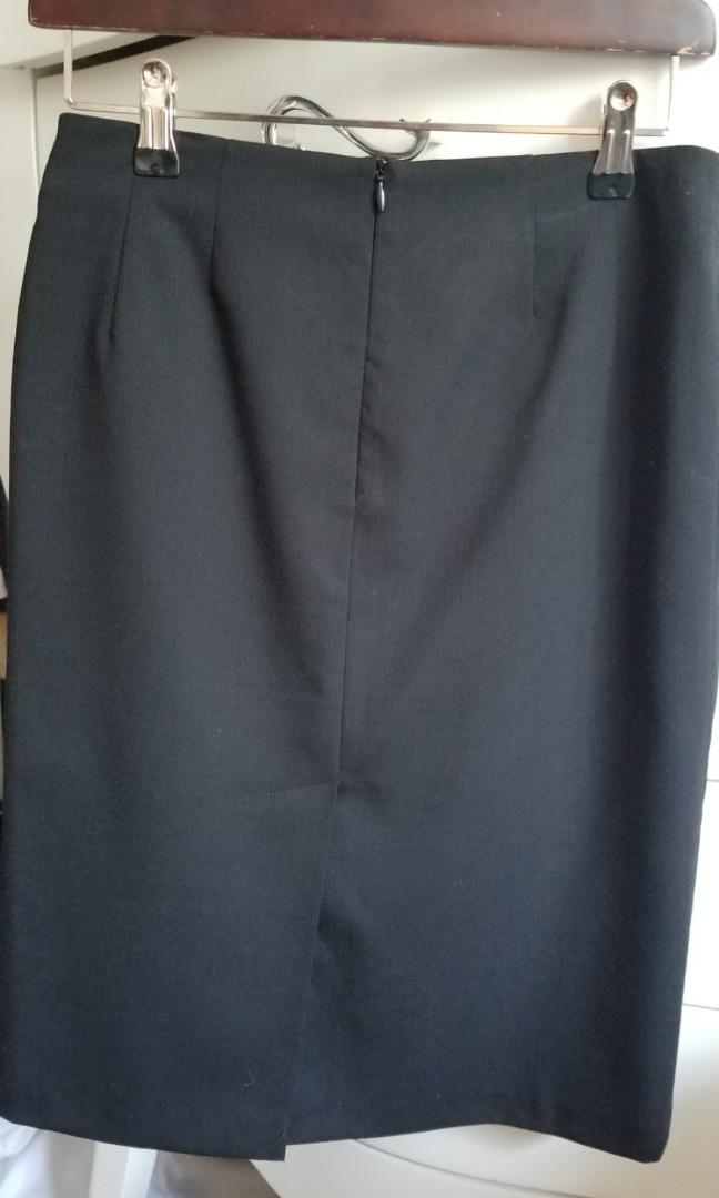 Benetton made in Italy fine wool work skirt. New condition. Size 0/2. Lined. Purchased new for $149. Sadly this no longer fits. Pick up 20 Bay, Gerrard and main or Yorkville for $16.