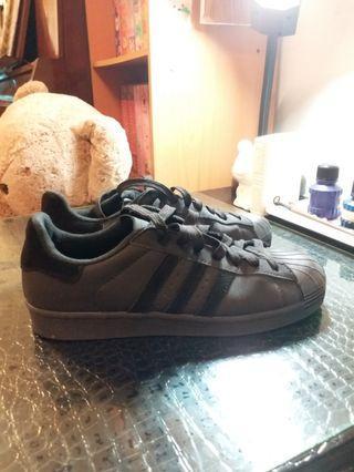 Adidas黑色貝殼鞋