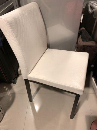 白色皮質四腳椅