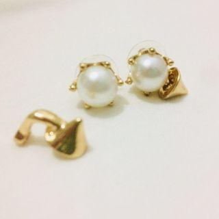 White Faux Pearl Stud with Spike details (gold)