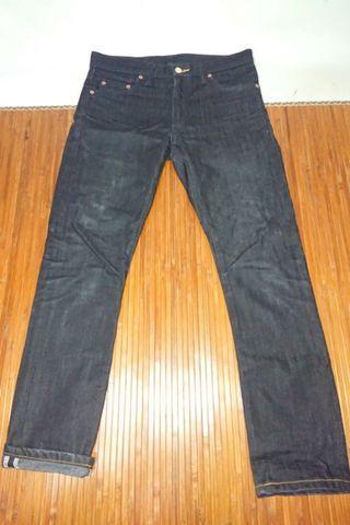 Find 黑原色窄版牛仔褲